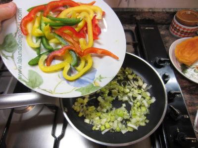 soffriggi le cipolle e aggiungi i filetti di peperone