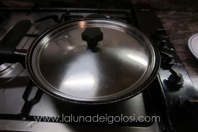 copri col coperchio, abbassa la fiamma e lascia cuocere