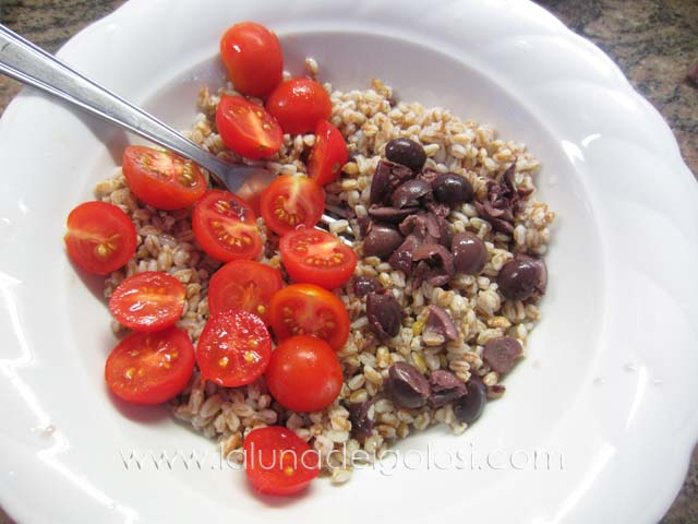 metti il farro in una ciotola e aggiungi i pomodorini tagliati a metà , le olive denocciolate e tutti gli ingredienti