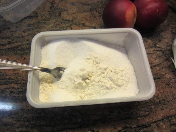 metti insieme la farina col lievito, la vanillina e lo zucchero