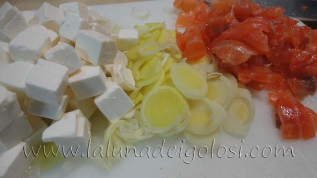muffin salati con salmone e formaggio: affetta porro, formaggio e salmone!