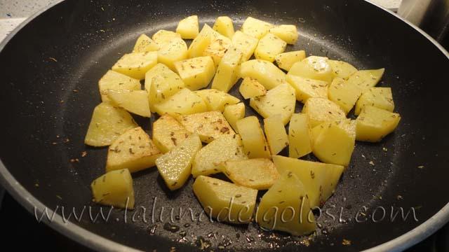 Patate a funghetto: girale perchè si possano dorare bene