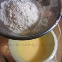 aggiungi la farina miscelata con il lievito e la vanillina e amalgama bene tutto