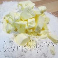 Setaccia la farina a fontana sul tavolo, poi aggiungi lo zucchero, nel centro metti il burro FREDDO
