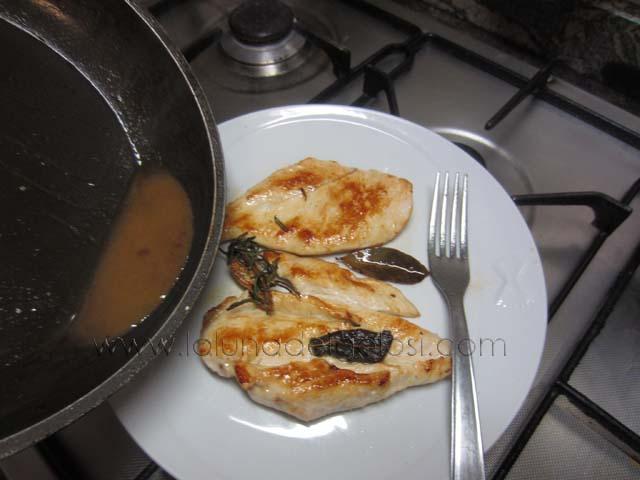 versa il sughetto sul petto di pollo