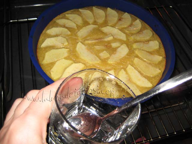 Para darle un toque más dorado, cuando esté casi hecha vertemos con ayuda de una cucharilla un poco de agua con azúcar disuelto