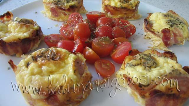 ti consiglio di servire i tuoi Muffin di Carbonara Invertita con dei pomodorini o dell'insalata
