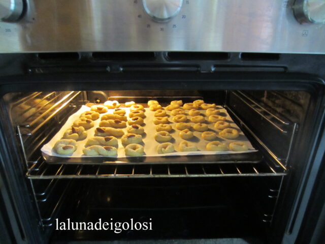 metti in forno già caldo a 200° per 12'/13' circa, poi accendi il grill per un paio di minuti e falli dorare